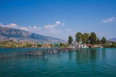 Jeziorny widok w Butrint, Buthrotum - Turystyczny dziejowy przyciąganie lato w Albania obraz stock