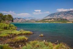 Jeziorny widok w Butrint, Buthrotum - Turystyczny dziejowy przyciąganie lato w Albania zdjęcia stock