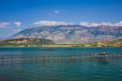 Jeziorny widok w Butrint, Buthrotum - Turystyczny dziejowy przyciąganie lato w Albania obraz royalty free