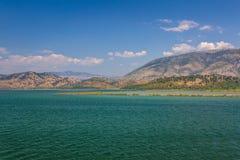 Jeziorny widok w Butrint, Buthrotum - Turystyczny dziejowy przyciąganie lato w Albania fotografia stock