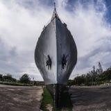 Jeziorny widok z gigantycznym statkiem Obrazy Stock