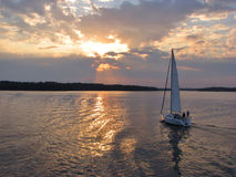 jeziorny wieczór żagiel obrazy royalty free