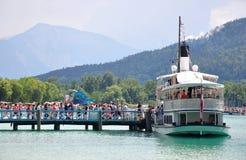 Jeziorny Woerthersee Austria, Czerwiec, - 3, 2017: Molo z łodzią obrazy royalty free