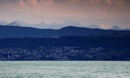 Jeziorny Zurich z wzgórzami, górami i Glarner Alps, Szwajcaria Zdjęcia Royalty Free