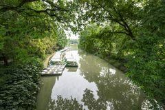 Jezioro, łódź i drzewa, fotografia royalty free