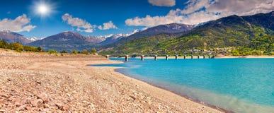 Jezioro bridżowy Serre-Poncon, Alps, Francja Zdjęcie Stock