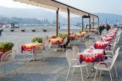 JEZIORO COMO, ITALY/EUROPE - LUTY 21: Kawiarnia bez klientów o obraz royalty free