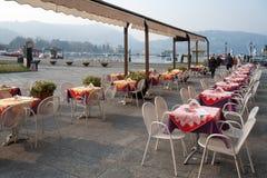 JEZIORO COMO, ITALY/EUROPE - LUTY 21: Kawiarnia bez klientów o Zdjęcia Stock