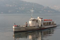 JEZIORO COMO, ITALY/EUROPE - LUTY 21: Rondine pływa statkiem w dół los angeles obraz stock