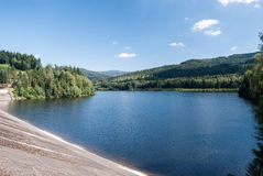 Jezioro Czernianskie vattenbehållare på den Wisla floden i Beskid Slaski berg Fotografering för Bildbyråer