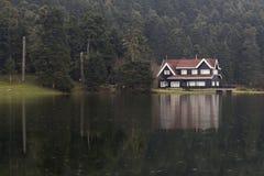 Jezioro dom w Abant jeziorze obraz stock