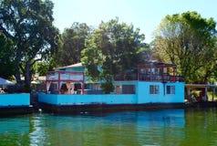 Jezioro dom z deskowym spacerem Obraz Royalty Free