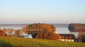 Jezioro, domy i piękne rośliny, Lithuania obrazy stock
