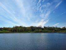 Jezioro, drzewa, trawa i niebo, obraz stock