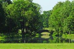 Jezioro, footbridge i drzewa, Latvia Obrazy Royalty Free