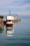 JEZIORO GARDA, ITALY/EUROPE - PAŹDZIERNIK 25: Przyjemności łódź cumująca przy Zdjęcie Royalty Free