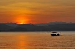 Jezioro i łódź Zdjęcia Stock