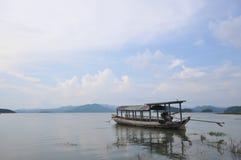 Jezioro i łódź Zdjęcie Royalty Free