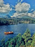 Jezioro i łódź fotografia stock