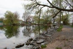 Jezioro i domy przy wsią Fotografia Royalty Free