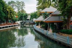 Jezioro i drzewa przy Dusit zoo w Bangkok, Tajlandia zdjęcia royalty free