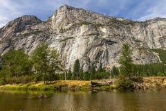 Jezioro i góry w Yosemite parku narodowym fotografia royalty free