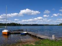Jezioro i jacht Zdjęcia Royalty Free