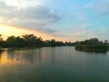 jezioro i las w zmierzchu czasie Obraz Stock