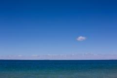 Jezioro i niebieskie niebo Obrazy Royalty Free