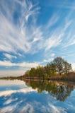 Jezioro i niebo Zdjęcia Stock
