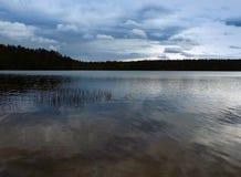 jezioro i niebo Zdjęcia Royalty Free