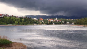 Jezioro i wioska Obraz Royalty Free