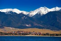 Jezioro i wioska przy Tatras górami Fotografia Royalty Free