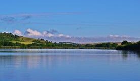 Jezioro i wzgórza Zdjęcia Royalty Free