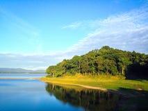 Jezioro i wzgórze Zdjęcia Royalty Free