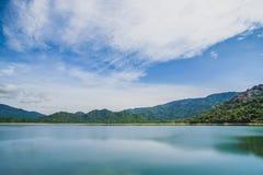 Jezioro i wzgórze Zdjęcia Stock