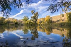 Jezioro kąpać się w zmierzchów kolorach Fotografia Royalty Free