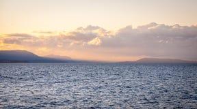 Jezioro krajobraz przy półmrokiem Obrazy Royalty Free