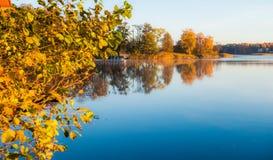 Jezioro krajobraz przy spadkiem zdjęcia stock