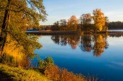 Jezioro krajobraz przy spadkiem fotografia stock