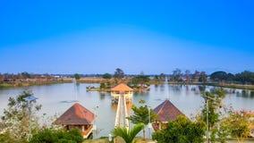 Jezioro krajobraz z niebieskim niebem Zdjęcie Stock