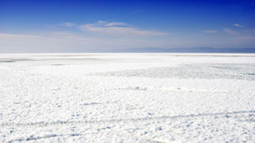 Jezioro krajobrazy z śniegiem na lodzie Obraz Stock