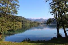 Jezioro Krwawił Slovenia przyglądającą północ wzdłuż zachodniej strony Zdjęcie Royalty Free