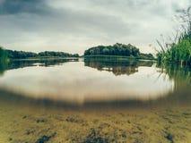Jezioro lub rzeka, fotografii połówka w wodzie z widokiem jeziornego dna lub rzeki, Obraz Royalty Free