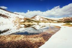Jezioro między górami niebieska spowodowana pola pełne się chmura dzień zielonych roślin krajobrazu ruchu pokaz mały nie niebo by Fotografia Stock