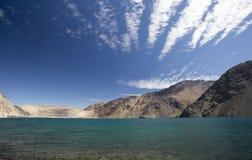 Jezioro na niebieskim niebie z chodzenie chmurami Obraz Royalty Free