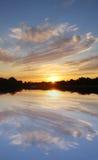 jezioro nad zmierzchem zdjęcia royalty free