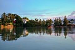 Jezioro, odbicie zmierzchu niebo, drzewka palmowe Zdjęcia Royalty Free