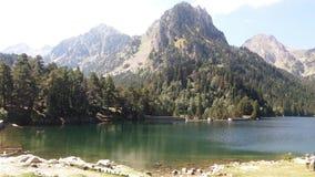 Jezioro otaczający lasami i górami w Pyrenees obrazy stock