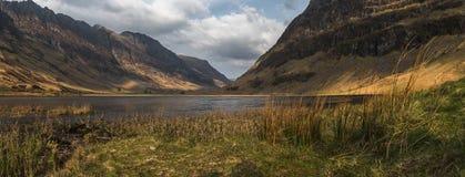 Jezioro otaczający górami zdjęcie stock